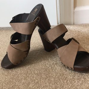 White Mountain strappy/buckle platform sandals